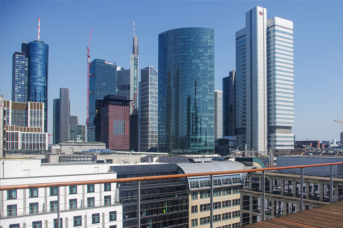 Salesforce Jobs Frankfurt - Onivation Büro - Dachterasse Bankenviertel - Frankfurt am Main Skyline